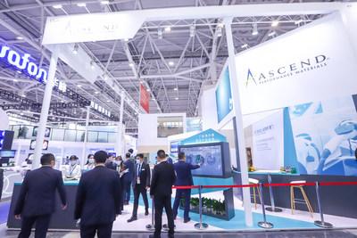 Los visitantes del stand Chinaplas de Ascend Performance Materials exploran los últimos productos de la empresa a través de una pantalla táctil. (PRNewsfoto/Ascend Performance Materials)