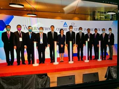 (desde la izquierda) el Dr. Henry Ho, el Prof. Witman Hung, el Sr. Nicholas Chan, el Sr. Tam Yiu Chung, el Sr. Bernard Chan, la Sra. Lu Xinning, el Sr. Leung Chun Ying, el Sr. Paul Chan, el Sr. Yang Yirui, el Dr. Herman Hu, el Dr. Kennedy Wong y el Dr. Vincent Ho. (PRNewsfoto/Friday Culture Limited)